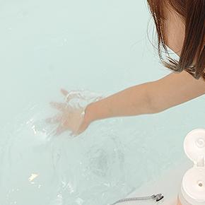【使用手順4】すぐさまお湯をかき混ぜます。すばやく、大きく、入念にかき混ぜないと、ダマになってしまいますよ。