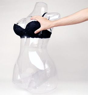 推定Dカップ 布の上から触るとエアーダッチとは思えないリアルな感触です。