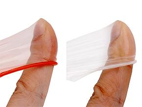 指で張らせた質感の比較。柔らかさ、なめらかさといった柔軟性も薄いながらにしっかり表現。
