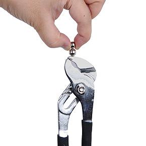 こんなに小さいのに磁力は超パワフル! このようにけっこう重量のあるペンチを吊り下げても落ちません。