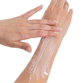 【デリケートホワイトクリーム】スーッと滑らかに伸び広がり、ベタベタ感もなし。お肌がよろこんでるみたい!