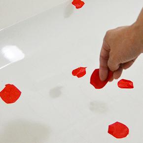 バブルバスとして遊ぶときは、まず花びらを数枚ちぎって湯船に浮かべ、水分を含ませます。すぐに溶け出しますよ。