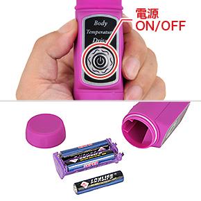 ボタンは主電源のON/OFFのみ制御。電源は単四電池×3本(付属)で、底部の電池ボックスに装填します。