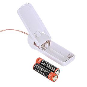 電源は単三電池×2本(付属)。コントローラー側の裏ブタを開けて、正しい向きでセットしてください。