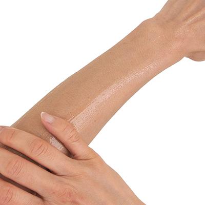 素肌に塗り込んでしばらくすると、スーッと浸透してお肌がツルツルに…。洗い流す必要もないくらいです。