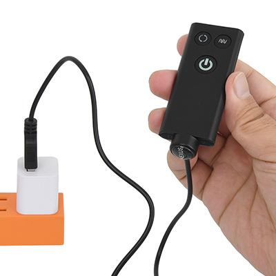 リモコン側の電源はCR2032型ボタン電池×1個(付属)。リモコンの底部を押すと、電池ボックスがスライドします。
