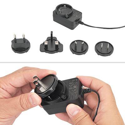 世界的な販売を見越してか、充電アダプタには4種類のプラグが付属。脱着式なので日本仕様を取り付けましょう。