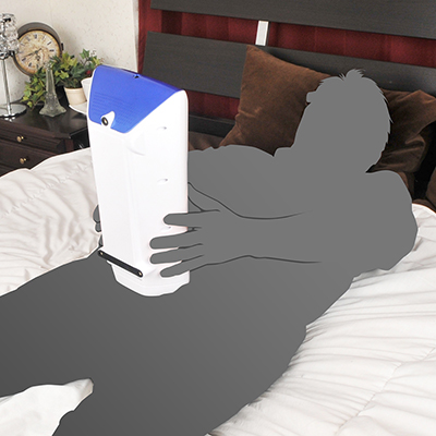 ベッドで仰向けの体勢でも快適にプレイが可能。大型ボディながら、振動抑制機能のおかげで安定感は抜群。