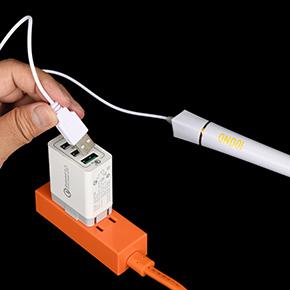 USB電源はパソコンかスマホ充電器のような変換アダプタを推奨。電源スイッチはないので、抜き差しで操作します。