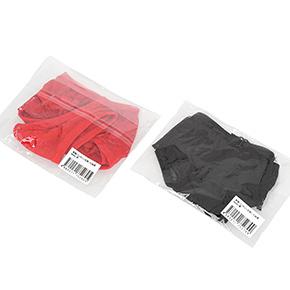コストダウン最優先により、シンプルなビニール包装です。カラバリは鮮烈な「赤」と、無難な「黒」の2色展開。