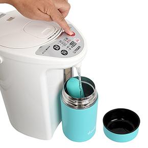 【使用手順1】本体のdマークを上向きにして専用ポットに入れ、熱湯を注ぎます。お湯の扱いにはご注意ください。