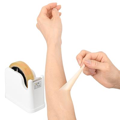 剥がすときはセロハンテープを使って、端っこをツマミ上げましょう。こんなに伸縮するので、関節にも有効ですよ。