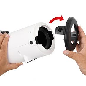 【ホール脱着手順1】両サイドのボタンを押しながら、エントランスキャップを外します。左右非対称なのでご注意を。