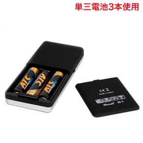 単三電池3本で駆動します。 R−1アタッチメントの多くは、細かな表現から電池・モーターの限界点まで到達させるダイナミックな表現も得意とします。この高出力では電池の消耗が早くなり、電池性能が著しく低下するとコントローラーの操作が利かない状態となります。快適なご使用のため、早目の電池交換を推奨いたします。