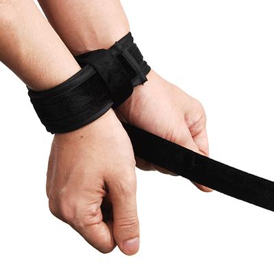 手首なら両手を1つで束ねることも可能。 本皮製や鉄製ではできない、紐縛りの柔軟性が多様の拘束を可能にしてくれます。